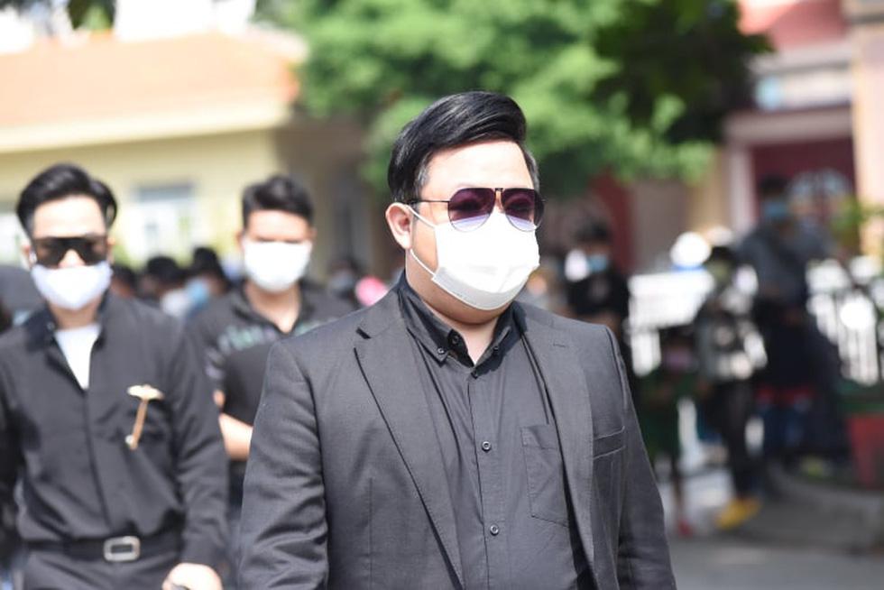 Hoài Linh, Việt Hương mang khăn tang trong suốt tang lễ Chí Tài - Ảnh 11.