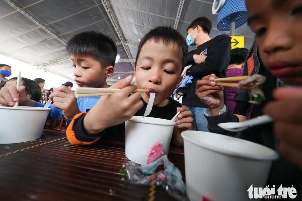 Ngày của Phở: Ấm lòng những tô phở đặc biệt vì trẻ em vượt khó học giỏi miền Trung - Ảnh 1.