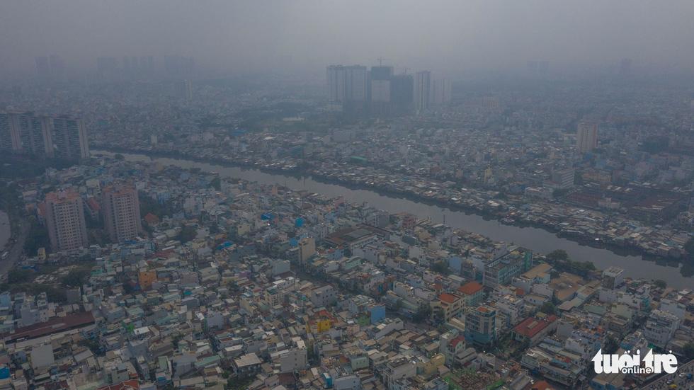 Ô nhiễm không khí, bầu trời TP.HCM mù mờ cả ngày - Ảnh 1.