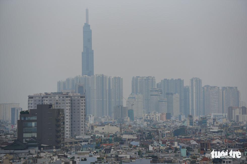 Ô nhiễm không khí, bầu trời TP.HCM mù mờ cả ngày - Ảnh 3.