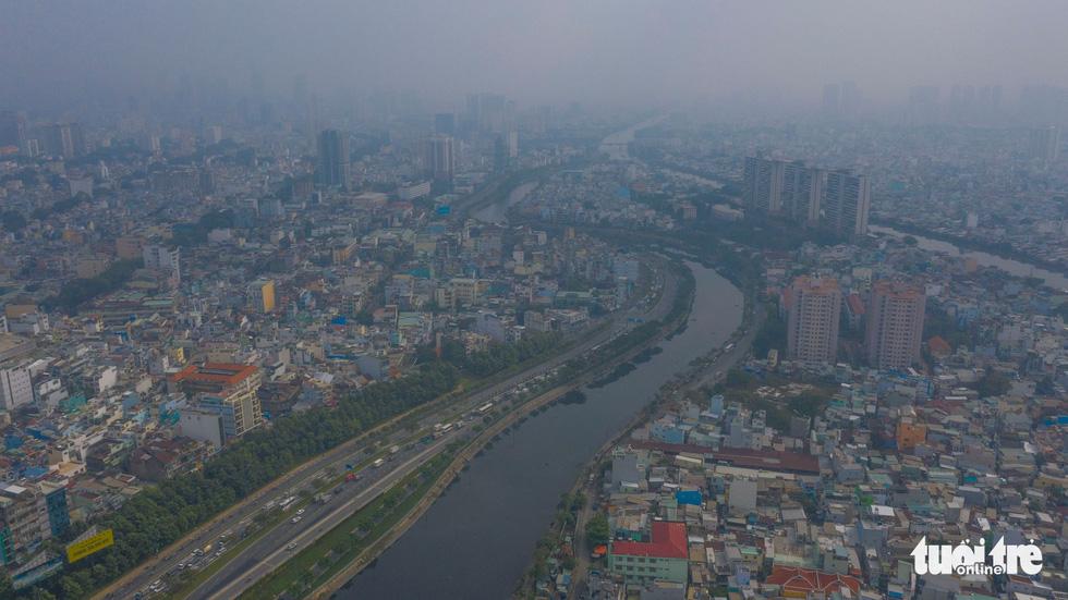 Ô nhiễm không khí, bầu trời TP.HCM mù mờ cả ngày - Ảnh 4.