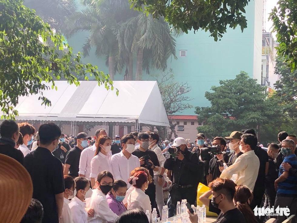 Hoài Linh, Việt Hương mang khăn tang trong suốt tang lễ Chí Tài - Ảnh 20.