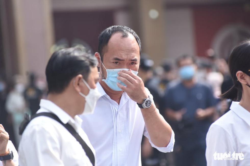 Hoài Linh, Việt Hương mang khăn tang trong suốt tang lễ Chí Tài - Ảnh 16.