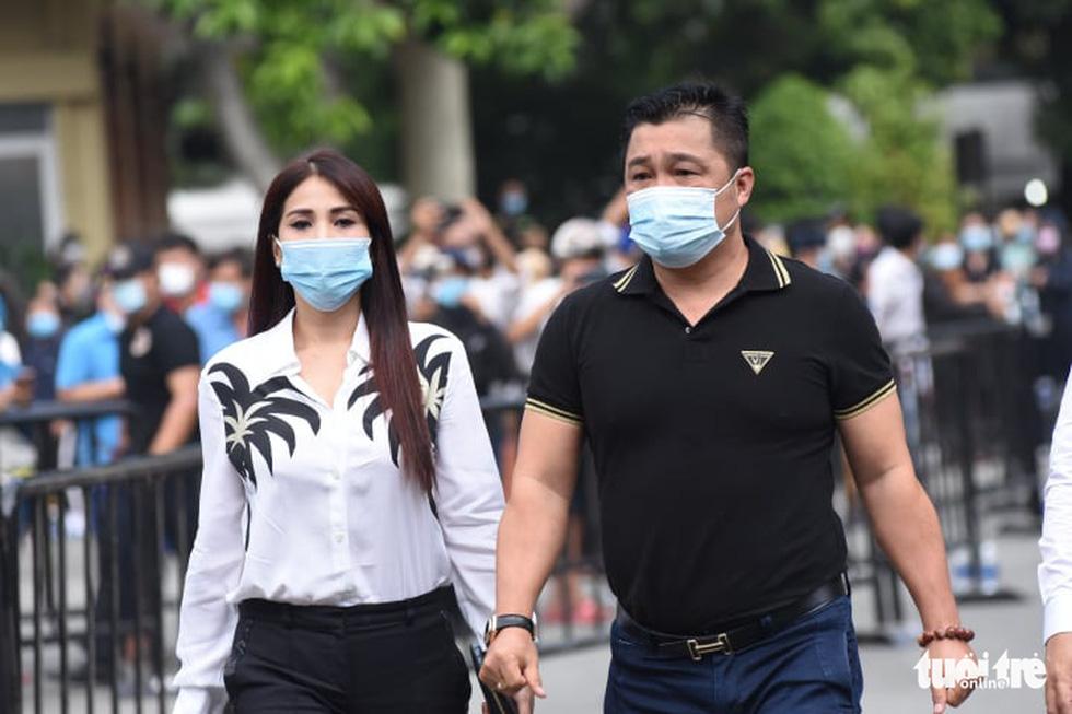 Hoài Linh, Việt Hương mang khăn tang trong suốt tang lễ Chí Tài - Ảnh 12.