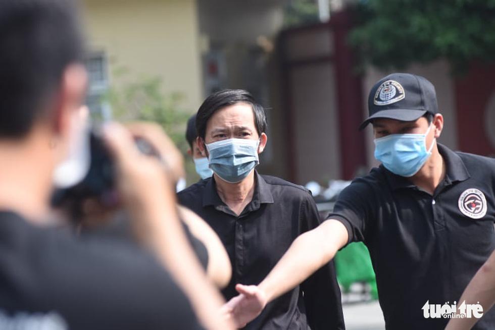 Hoài Linh, Việt Hương mang khăn tang trong suốt tang lễ Chí Tài - Ảnh 1.