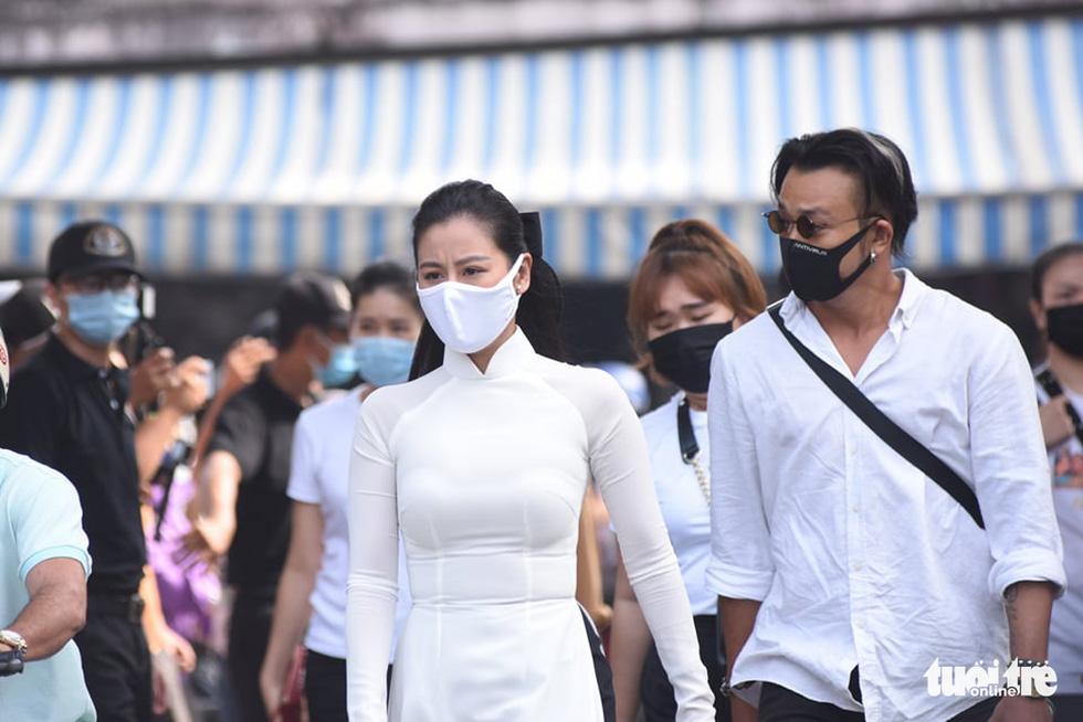 Hoài Linh, Việt Hương mang khăn tang trong suốt tang lễ Chí Tài - Ảnh 21.