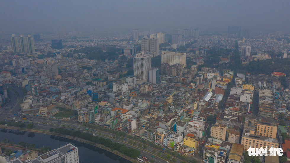 Ô nhiễm không khí, bầu trời TP.HCM mù mờ cả ngày - Ảnh 5.