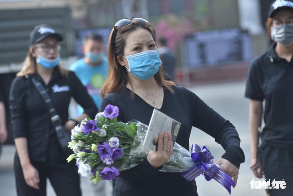 Hoài Linh, Việt Hương mang khăn tang trong suốt tang lễ Chí Tài - Ảnh 24.