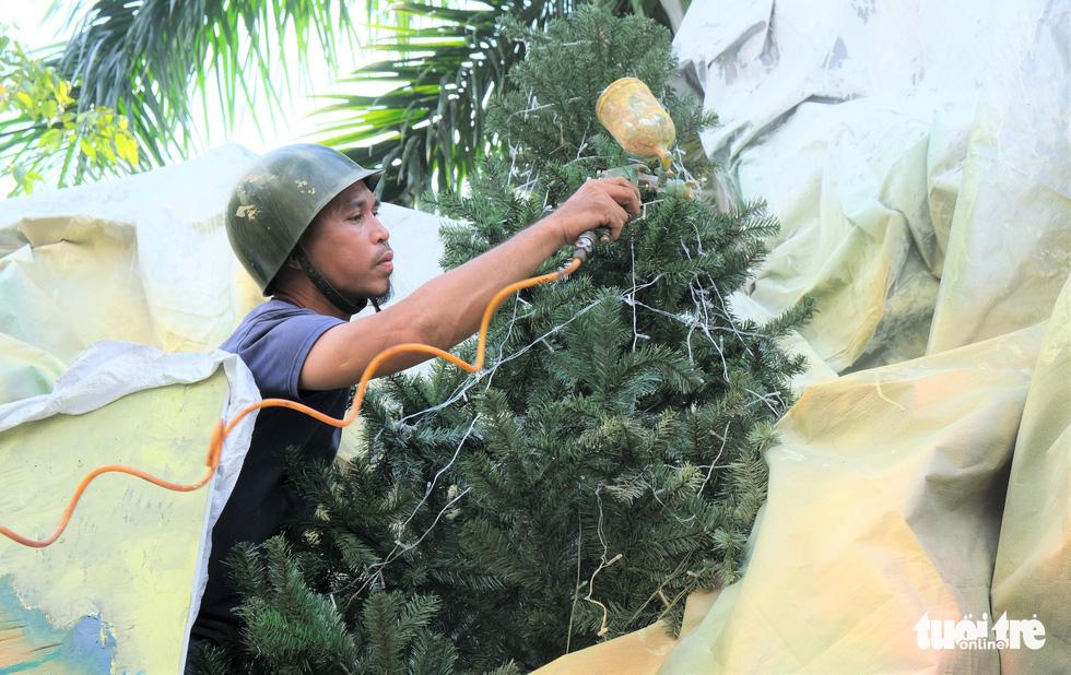 Xóm đạo Sài Gòn bắt đầu lên đèn chuẩn bị đón Giáng sinh - Ảnh 8.