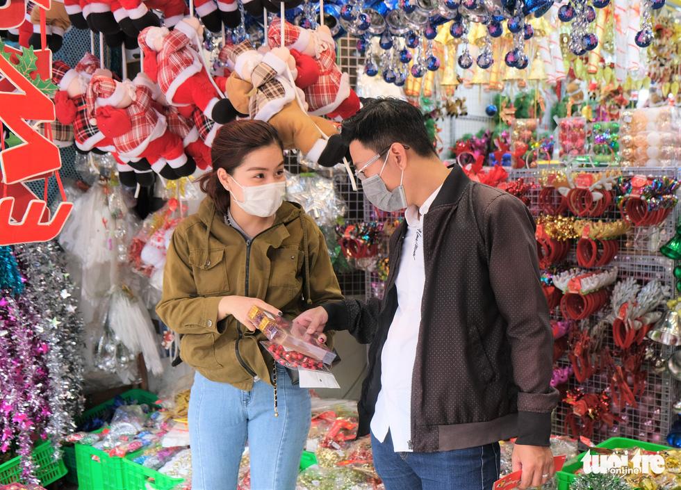 Xóm đạo Sài Gòn bắt đầu lên đèn chuẩn bị đón Giáng sinh - Ảnh 1.