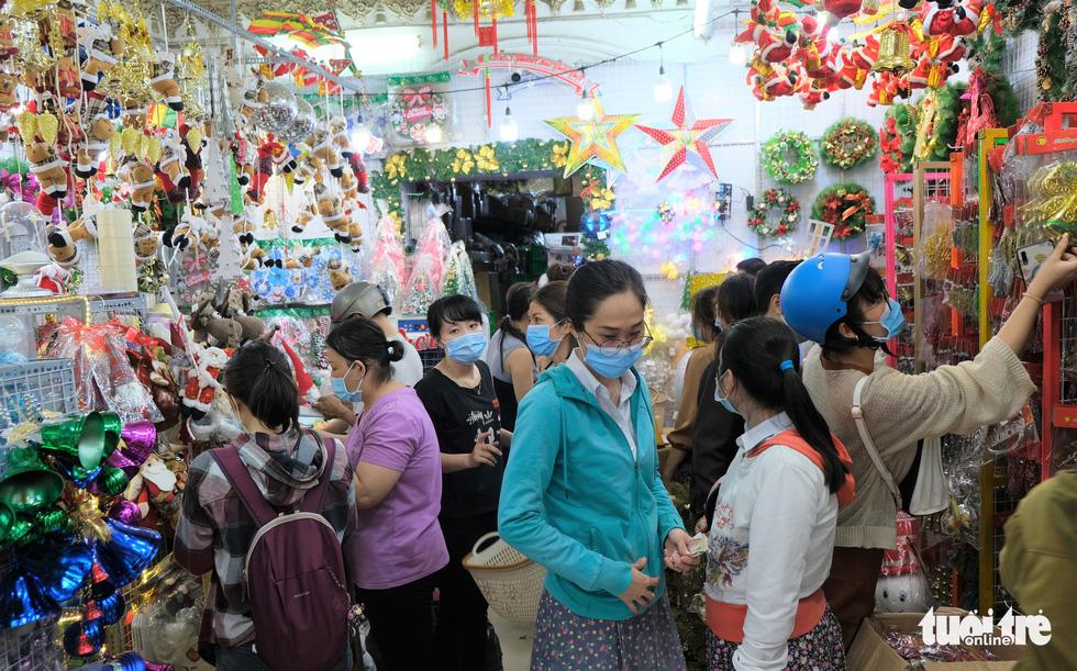 Xóm đạo Sài Gòn bắt đầu lên đèn chuẩn bị đón Giáng sinh - Ảnh 2.