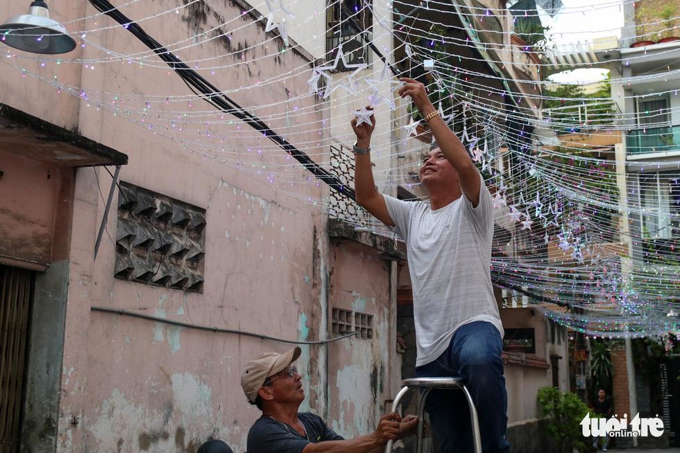 Xóm đạo Sài Gòn bắt đầu lên đèn chuẩn bị đón Giáng sinh - Ảnh 3.