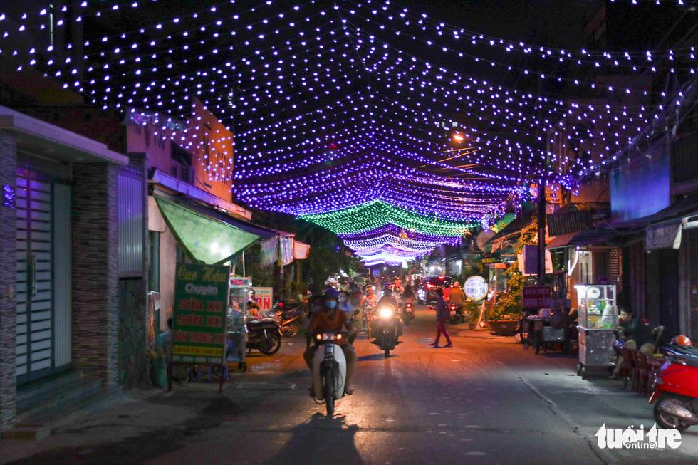 Xóm đạo Sài Gòn bắt đầu lên đèn chuẩn bị đón Giáng sinh - Ảnh 9.