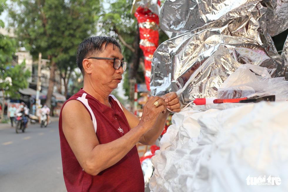 Xóm đạo Sài Gòn bắt đầu lên đèn chuẩn bị đón Giáng sinh - Ảnh 4.