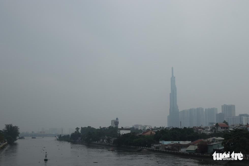Ô nhiễm không khí, bầu trời TP.HCM mù mờ cả ngày - Ảnh 6.