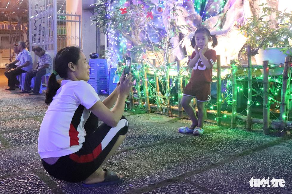 Xóm đạo Sài Gòn bắt đầu lên đèn chuẩn bị đón Giáng sinh - Ảnh 11.