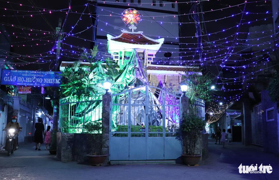 Xóm đạo Sài Gòn bắt đầu lên đèn chuẩn bị đón Giáng sinh - Ảnh 10.