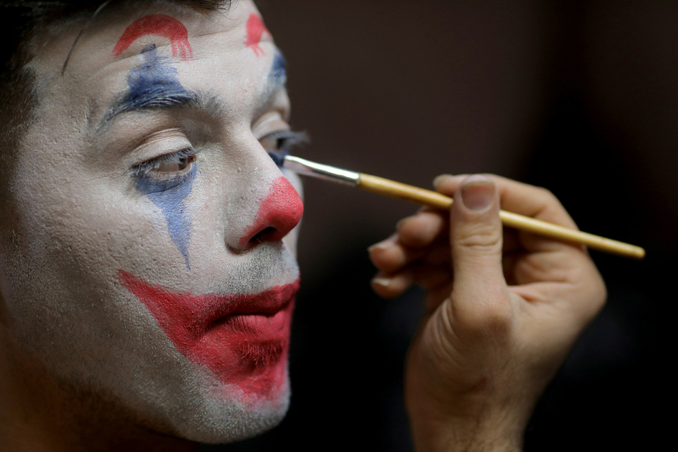 Joker kiểu Mỹ mua vui cho dân Iran giữa đại dịch COVID-19 - Ảnh 1.
