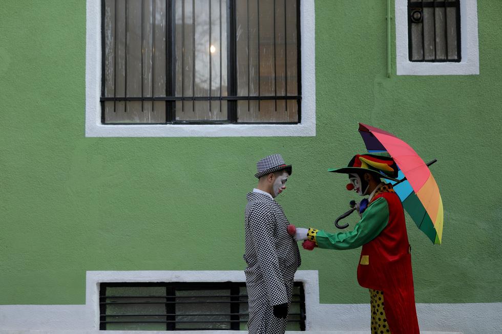 Joker kiểu Mỹ mua vui cho dân Iran giữa đại dịch COVID-19 - Ảnh 11.