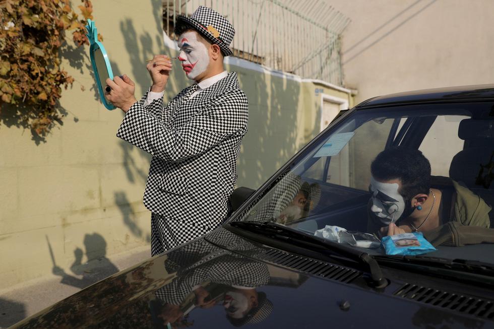 Joker kiểu Mỹ mua vui cho dân Iran giữa đại dịch COVID-19 - Ảnh 10.