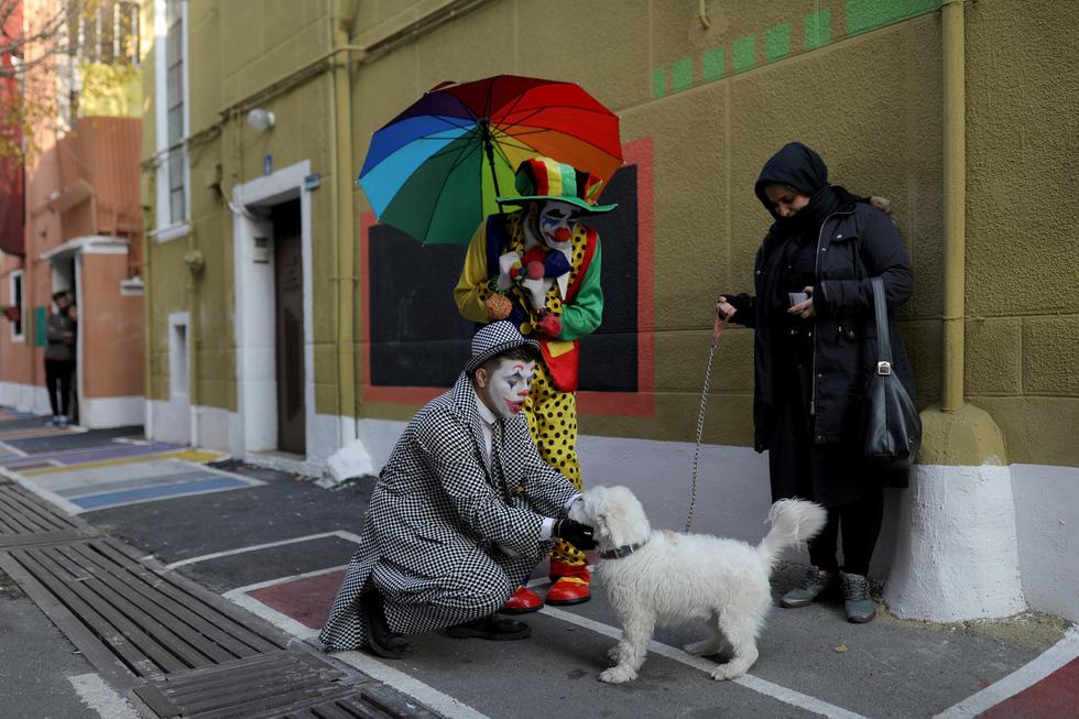 Joker kiểu Mỹ mua vui cho dân Iran giữa đại dịch COVID-19 - Ảnh 9.