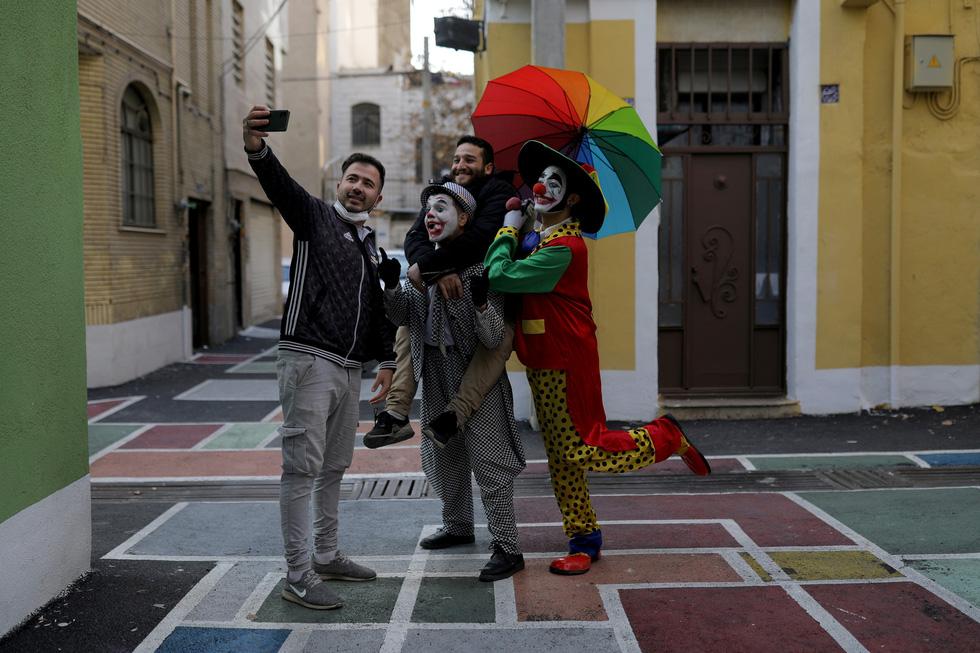 Joker kiểu Mỹ mua vui cho dân Iran giữa đại dịch COVID-19 - Ảnh 8.
