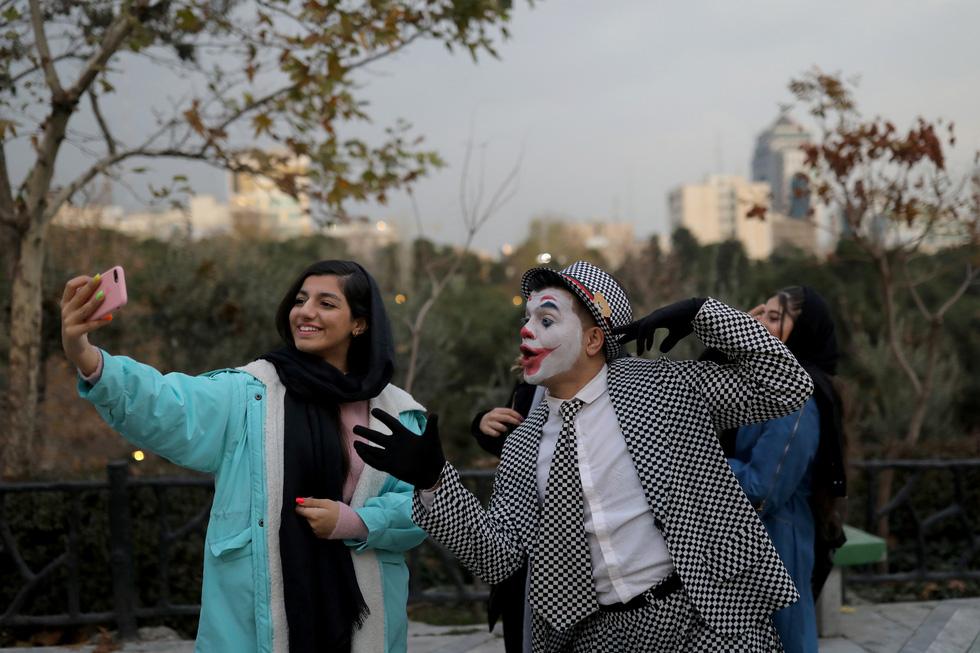 Joker kiểu Mỹ mua vui cho dân Iran giữa đại dịch COVID-19 - Ảnh 7.