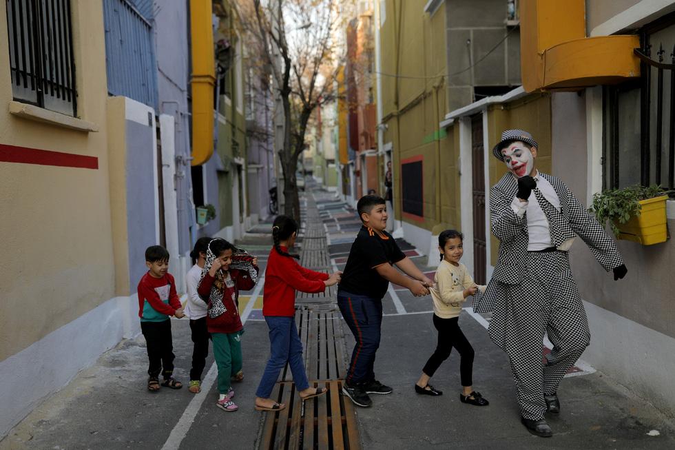 Joker kiểu Mỹ mua vui cho dân Iran giữa đại dịch COVID-19 - Ảnh 5.