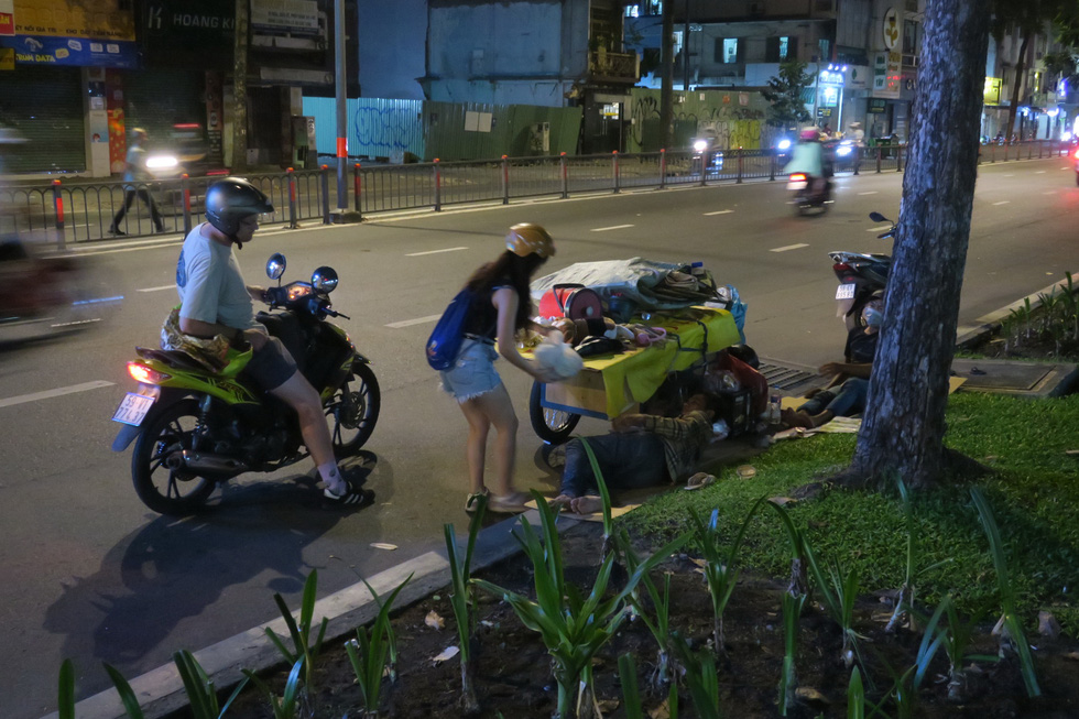 Tối thứ năm yêu thương trên đường phố Sài Gòn - Ảnh 1.