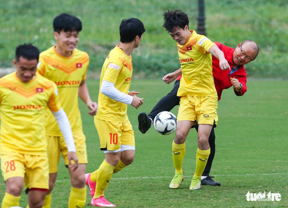 HLV Park Hang Seo phá bĩnh trong buổi tập, cho học trò đi nhặt bóng mệt nghỉ - Ảnh 4.