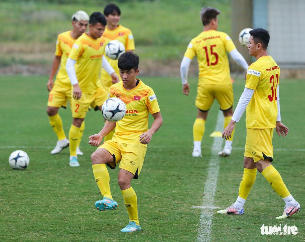 HLV Park Hang Seo phá bĩnh trong buổi tập, cho học trò đi nhặt bóng mệt nghỉ - Ảnh 3.