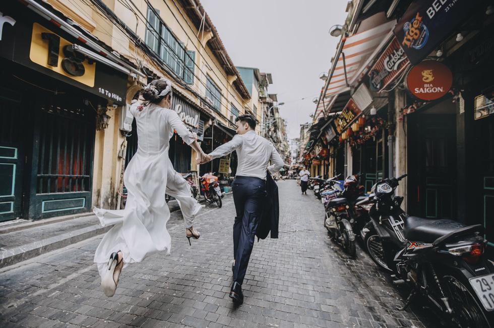 Cặp đôi người Việt lên rừng xuống biển, chụp ảnh cưới ở 11 tỉnh thành - Ảnh 1.