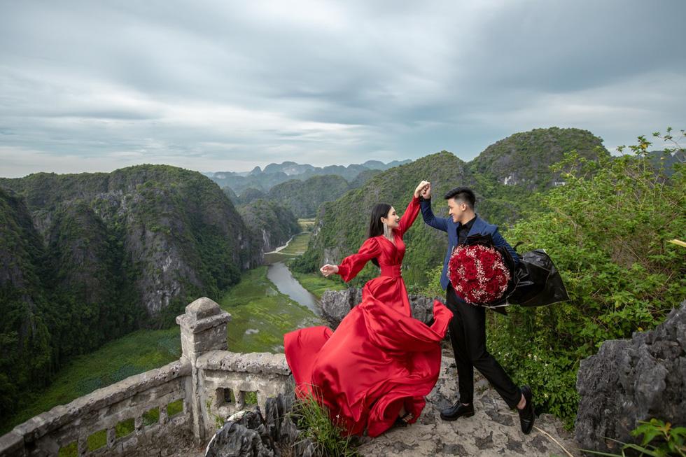 Cặp đôi người Việt lên rừng xuống biển, chụp ảnh cưới ở 11 tỉnh thành - Ảnh 3.