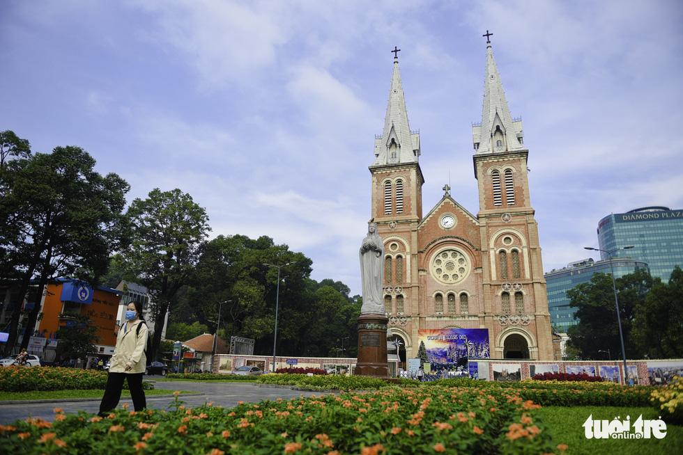 Tiết trời se lạnh, đường phố Sài Gòn rộ sắc hoa - Ảnh 3.