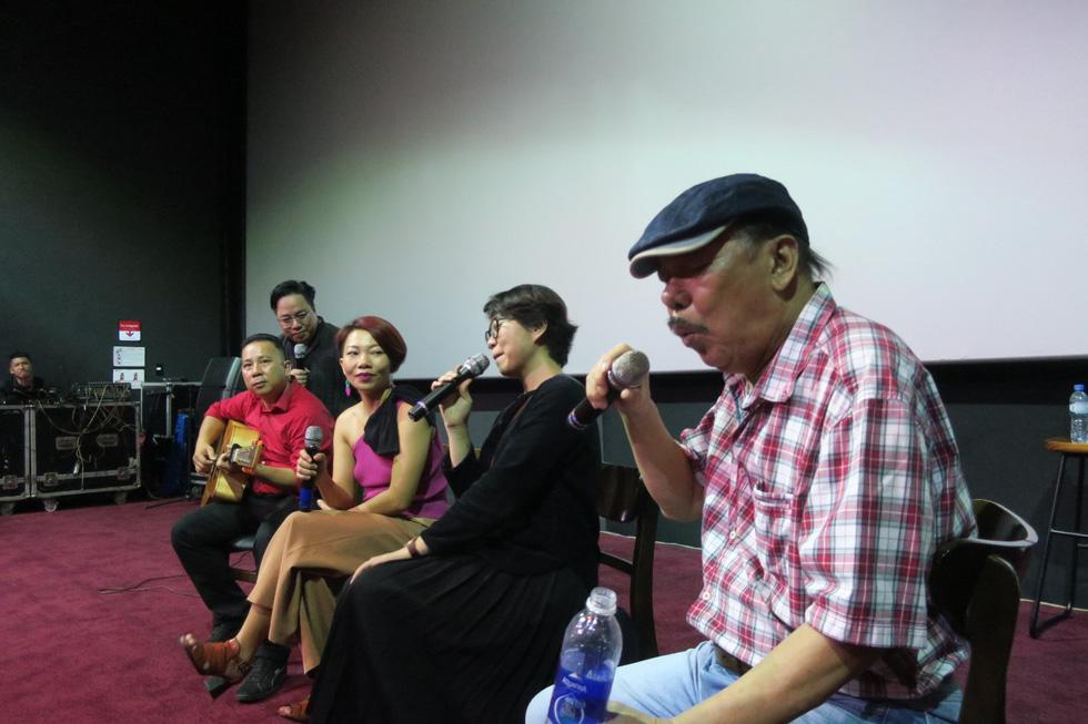 Nhạc sĩ Trần Tiến đến xem Màu cỏ úa, hát Mặt trời bé con và nói: Tôi khỏe như voi - Ảnh 5.