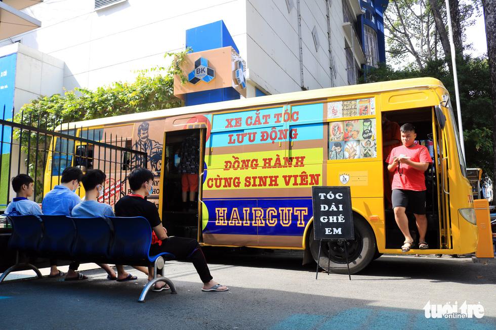 Tấp nập ở tiệm cắt tóc trên xe buýt trước ký túc xá Bách khoa TP.HCM - Ảnh 1.