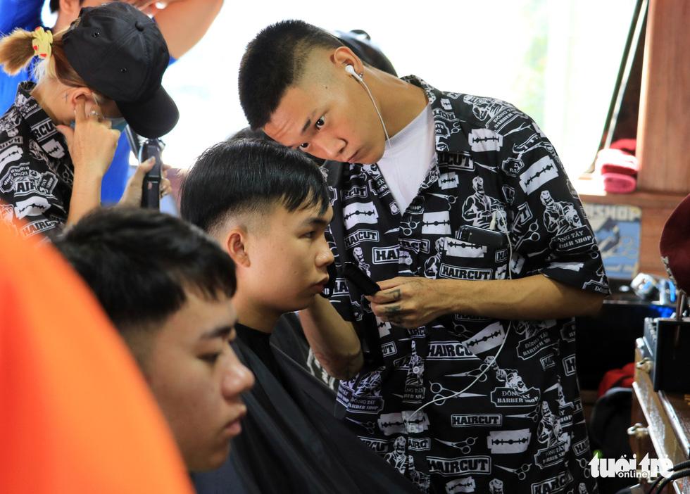 Tấp nập ở tiệm cắt tóc trên xe buýt trước ký túc xá Bách khoa TP.HCM - Ảnh 2.
