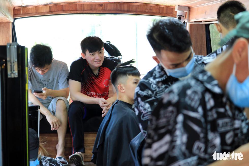 Tấp nập ở tiệm cắt tóc trên xe buýt trước ký túc xá Bách khoa TP.HCM - Ảnh 3.