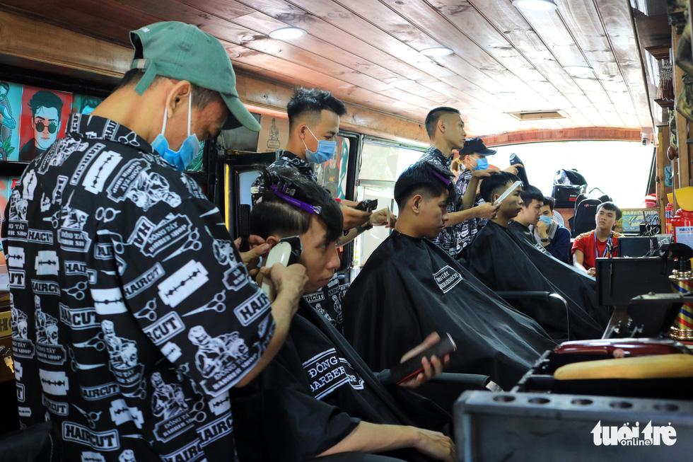 Tấp nập ở tiệm cắt tóc trên xe buýt trước ký túc xá Bách khoa TP.HCM - Ảnh 5.