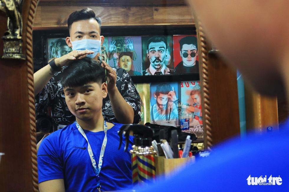 Tấp nập ở tiệm cắt tóc trên xe buýt trước ký túc xá Bách khoa TP.HCM - Ảnh 6.