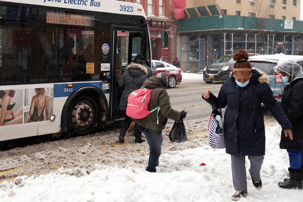 Bão tuyết cực lớn, nhiều nơi của New York chìm trong cả mét tuyết - Ảnh 2.