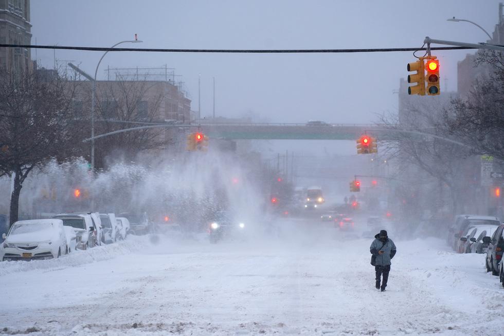 Bão tuyết cực lớn, nhiều nơi của New York chìm trong cả mét tuyết - Ảnh 4.