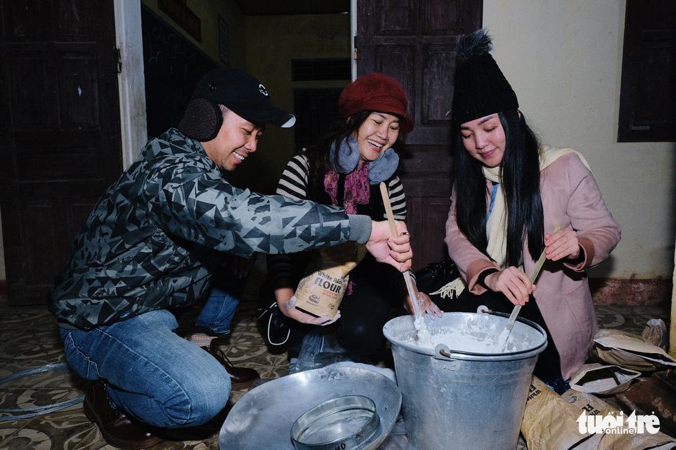 Đỏ lửa xuyên đêm, nấu hơn 2.000 bát phở tặng trẻ vùng núi Nghệ An - Ảnh 6.