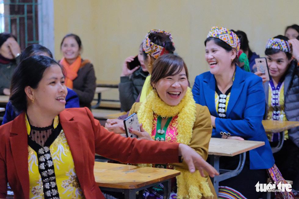 Chị em miền tây xứ Nghệ háo hức học cách nấu phở - Ảnh 4.