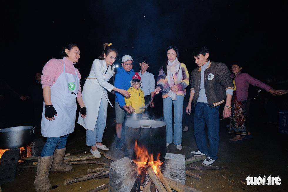 Đỏ lửa xuyên đêm, nấu hơn 2.000 bát phở tặng trẻ vùng núi Nghệ An - Ảnh 5.