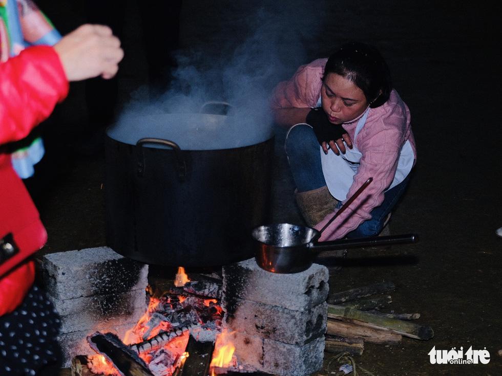 Đỏ lửa xuyên đêm, nấu hơn 2.000 bát phở tặng trẻ vùng núi Nghệ An - Ảnh 1.