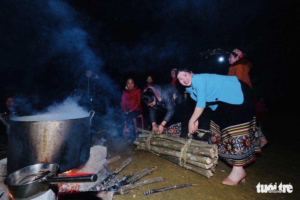 Đỏ lửa xuyên đêm, nấu hơn 2.000 bát phở tặng trẻ vùng núi Nghệ An - Ảnh 4.