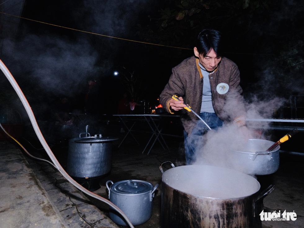 Đỏ lửa xuyên đêm, nấu hơn 2.000 bát phở tặng trẻ vùng núi Nghệ An - Ảnh 3.