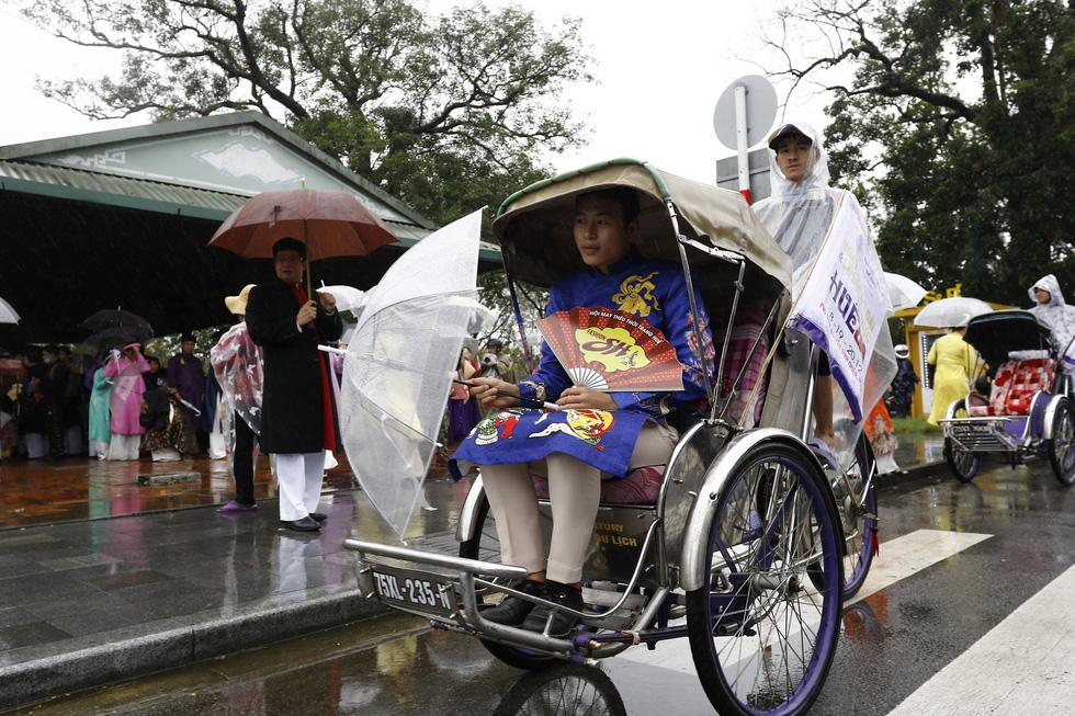 Diễu hành áo dài giữa mưa lạnh xứ Huế - Ảnh 7.