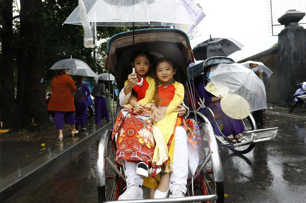 Diễu hành áo dài giữa mưa lạnh xứ Huế - Ảnh 9.